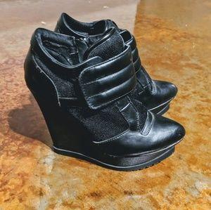 Scene black wedge Velcro booties size 7